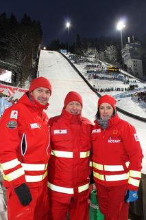 Notarztteam und Notfallsanitäter stehen im Zielauslauf für Notfälle der Skispringer bereit.