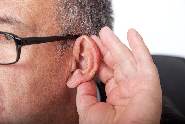 Um psychischen Problemen vorzubeugen, sollte Schwerhörigkeit rasch behandelt werden. Ein Hörgerät verbessert auch die Lebensqualität.