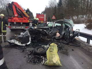 Das stark zerstörte Auto wurde mit dem hydr. Rettungsgerät bearbeitet. Die Person war eingeklemmt.