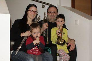 Hausmusik beim Musikschuldirektor von Fernitz-Mellach: Beatrix und Wilhelm Berghold mit ihren Söhnen Paul und Lorenz