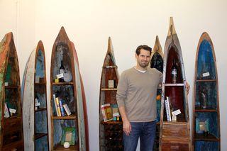 Oceanwood- Mitbegründer Georg Heinz vor den individuell gestaltbaren Regalen aus indonesischen Fischerbooten