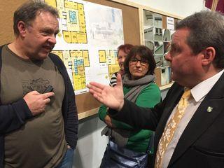 Bürgermeister Schneider (r.) in Diskussion mit skeptischem Publikum