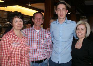 Claudia, Christan und Christoph Kahr mit Kellnerin Margit.