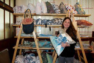 Künstlerin Stephka Klaura bastelt ständig an neuen Produkten und Designobjekten. Home- und Mode-Accessoires sind individuell handbedruckt