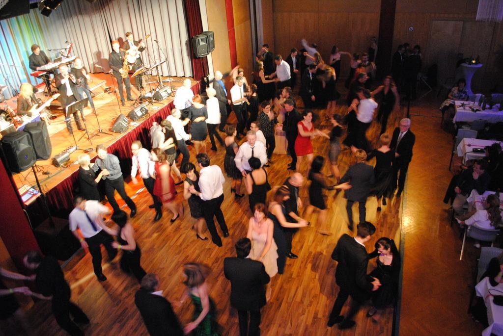Balltiger unter sich: Auf der Tanzfläche kamen die Gäste auf ihre Kosten und schwebten förmlich übers Parkett.