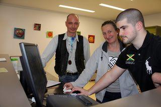 Geben ihr Wissen am PC weiter: IT-Profi Andreas Kowanda mit Café Zwischenschritt Leiterin Gertrud Unterasinger und Zivildiener Amon (v.li.n.re.)