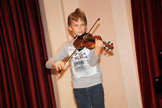 Elias (12) aus Raaba-Grambach lernt seit 4 Jahren Geige in der Musikschule Fernitz-Mellach.