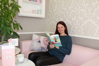 """Autorin Christina Thomar mit ihrem neuen""""Lifestyle Fastenbuch"""""""