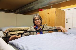 Cecily Corti, Gründerin, Gesamtleiterin und Obfrau der VinziRast macht selbst zweimal pro Woche Nachtdienst und die Betten in der Notschlafstelle