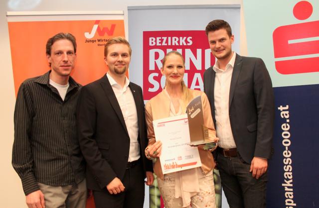 Siegerin Michaela Schmidt mit Dieter Haring, Michael Wimmer und Bernhard Aichinger von der Jungen Wirtschaft
