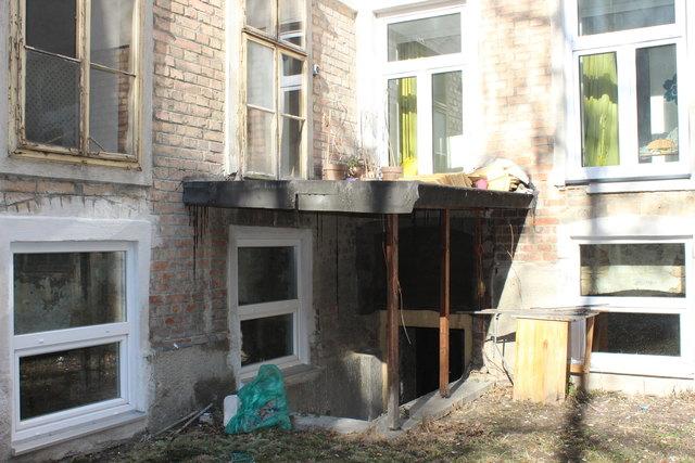 Desolat: Das Vordach musste bereits abgestützt werden.