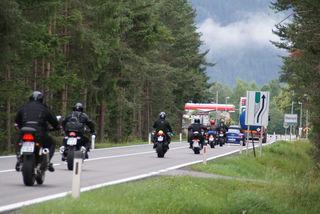 Schon bald ein tägliches Bild: Motorad an Motorrad am Weg durch das Lechtal.