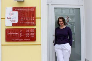 Neu am Alsergrund: Dr. Gabriela-Cristina Sas vor ihrer Ordination für Allgemeinmedizin in der Alserbachstraße 10a.