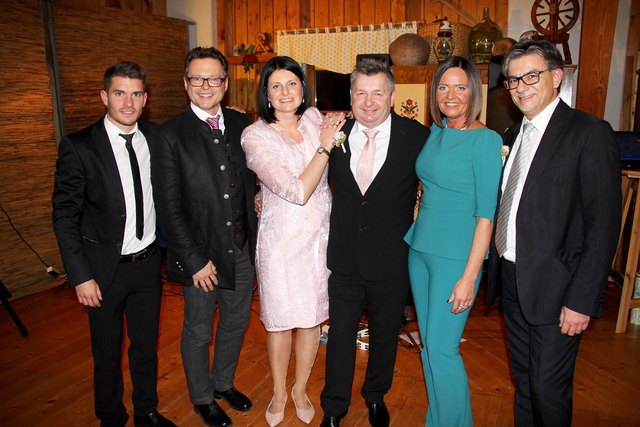 Die neue TSV Fußball-Präsidentin Brigitte Annerl (2.v.r.) ist auch Trauzeugin von Johann Gremsl (3.v.r.), im Bild mit Gattin Isabella und weiteren Ehrengästen.