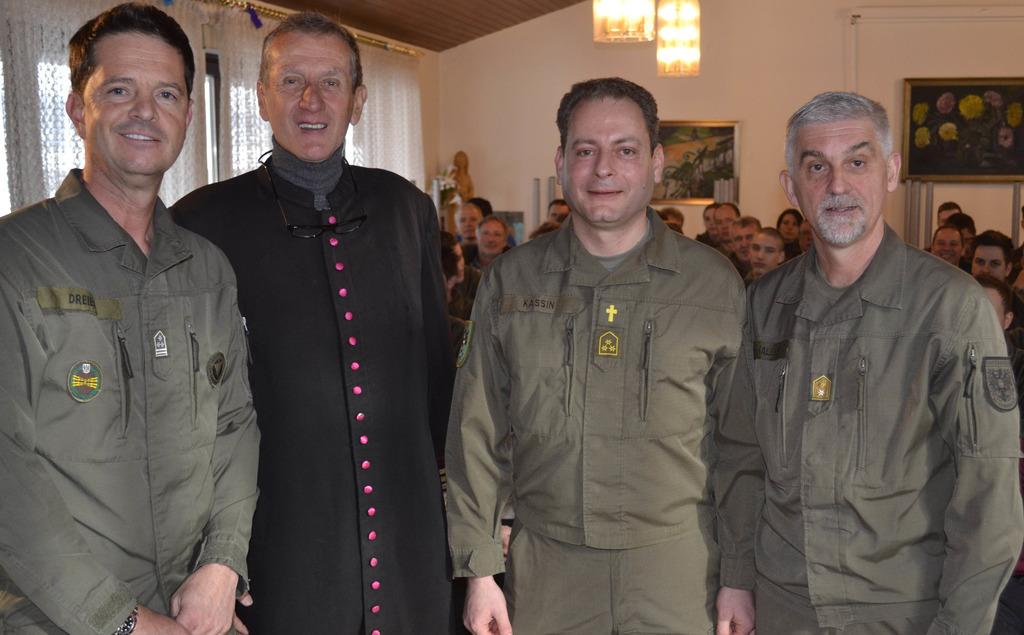 Kärntens Militärkommandant Walter Gitschthaler (re.) befördert Pater Anselm  Kassin (neben Militärdekan Emmanuel 30bf2e6de90