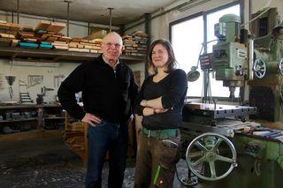 Roman Pehack mit Tochter Jaqueline in der gemeinsamen Werkstatt - er ist Wiens einziger noch aktiver Modelltischler, sie fertigt Möbel und Designobjekte
