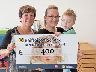 Melani Brnjak  übergibt die Spende an Maria Klammer, Förderzentrum Waldhausen.