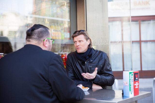 """bz-Interview am Würstelstand: Vegetarier Gery Seidl verspeiste beim Bitzinger Kartoffeltascherl mit Sauce """"Trara""""."""
