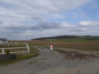 Der Blick vom Enzersdorfer Ludwigshof auf das Areal der geplanten Deponie-