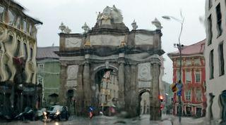 Die Triumphpforte ist das Eingangstor zur sehenswerten Maria-Theresien-Straße mit ihren prächtigen Barockbauten.