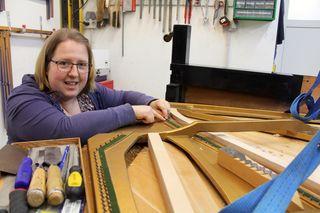 Spezialistin Heide Braun hat in dieses alte Pianino einen neuen Resonanzboden eingebaut - für die spätere Bespannung kommt es auf Zehntelmillimeter an