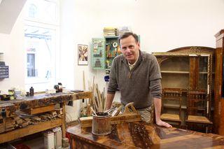 Heinrich Heckl beim Restaurieren eines Barockschreibtisches aus Nussholz mit Intarsien aus Ahorn