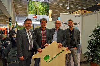 proHolz Tirol GF DI Rüdiger Lex und Vorsitzender Karl Schaffer bedanken sich gemeinsam mit dem Stv.-GF und Clustermanager DI Simon Holzknecht (ganz rechts) beim Vortragenden Dr. Ulrich Müller