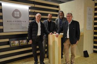 orsitzender Martin Wegscheider (2.v.r.), seine Vorstandskollegen Christian Prantl (links) und Simon Trixl (rechts) sowie Geschäftsführer DI Simon Holzknecht (2.v.l.) am neuen Messestand des Verbands zur Forcierung von Holz im Fensterbau.