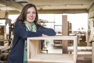 Frau am Holz: Maria Praxmarer hat vor drei Jahren den Betrieb von ihrem Vater übernommen.