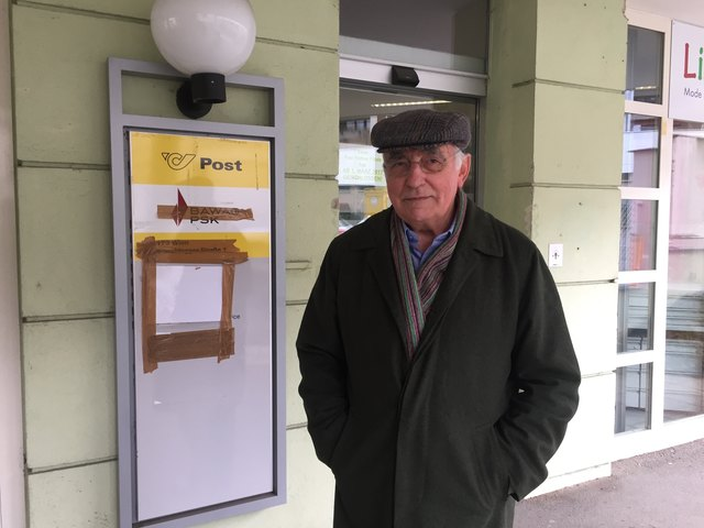 Vor verschlossenen Türen des ehemaligen Postpartners stehen die überraschten Neuwaldegger wie Anrainer Hans Högl.