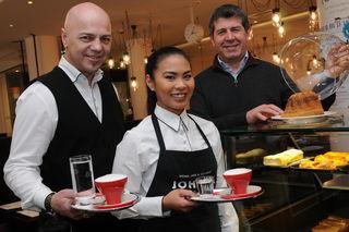 Bei Djoko Dobras und Mary Tan – mit Johann Teuschl – im Café Johann kann man seinen Kaffee oder Tee am Tag der Poesie mit einem Gedicht bezahlen.