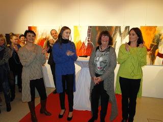 Applaus für Annelies Mair (2.v.r.) - mit ihren Strickmodellen und Bildern bei der Ausstellungseröffnung.