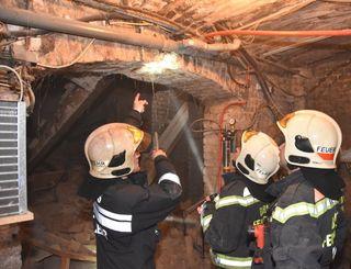 Die Feuerwehrleute mussten die Kellerdecke abstützen.