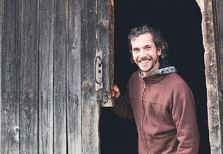 Stefan Fuchs aus Axams plädiert für die Kraft handgefertigter Zirbenleichten aus eigener Erzeugung.