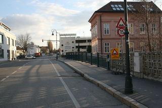 Hier, auf der Brücke beim Parkdeck Süd (ehemaliges Olympia-Kino) kam es zu dem Sex-Überfall. Der Täter ist flüchtig, der Retter wird als Zeuge gesucht.