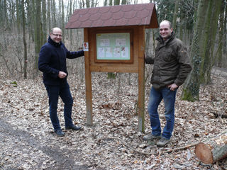 Waldstadtrat Karl Riepl (links) befindet sich mit Bezirksförster Rupert Klinghofer im Hollabrunner Wald.                                   Foto: Eipeldauer