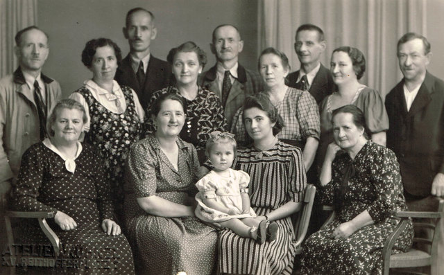 1941: Mariane Gilek als Zweijährige mit ihrer Patentante Marianne und der Wiener Verwandtschaft: Oben links Ignatz, Ferdinand, Heinrich Eduard und Josef Gilek