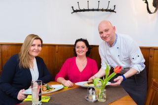 Aus der Küche in den Gastraum: Martina Maros (WOCHE) und Ines Pleschek wurden von Karli Pichlmaier persönlich bewirtet (v. l.).