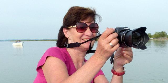 Ihre Kamera hat Christa Posch immer mit dabei. Man weiß ja nie, wann das nächste Motiv vor die Linse springt.