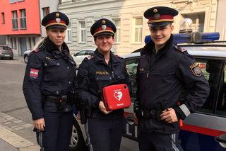 Polizeischülerin in Praxisphase Mammerler, Revierinspektorin Schwarzenberger und Inspektor Maier (v.li.) regierten schnell und konnten ein Leben retten.