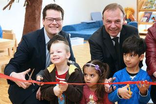 Eröffnung des Kindergarten Speisinger Straße 135 mit Stadtrat Jürgen Czernohorszky (li.) und Bezirksvorsteher Gerald Bischof (SPÖ).