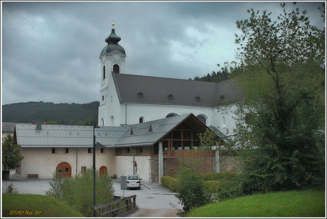 Eingebettet in schöner und waldreicher Gegend liegt der winzige Ort Klein-Mariazell, dominiert von der Basilika.