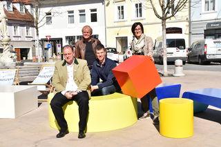 Am Hauptplatz werden innovative Möbel aufgestellt, die zum Ausruhen, Genießen und Innehalten einladen sollen