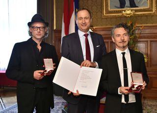 Stadtrat Mailath-Pokorny (mitte) verlieh Richard Dorfmeister (li.) und Peter Kruder das Goldene Verdienstzeichen des Landes Wien.