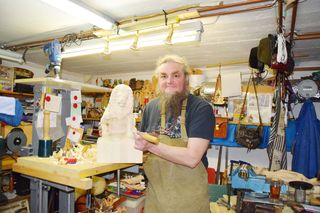 Der Bildhauer Siegfried Wutti aus Kragelsdorf hat sich mit seinen Werken aus Holz und Stein längst einen Namen gemacht