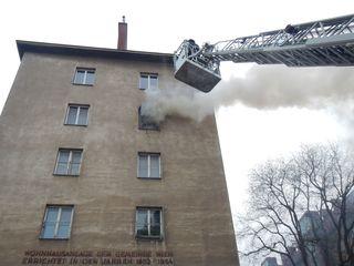Die Feuerwehr bekämpfte den Brand sowohl von innen, als auch von außen über die Drehleiter.