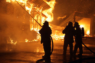 Der Rohbau brennt: Wer gut versichert ist, steht trotz Katastrophe wenigstens nicht vor dem finanziellen Ruin.