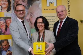 Die beiden HIlfswerk-Geschäftsführer Hermann Hagleitner und Daniela Gutschi mit Hilfswerk-Präsident Christian Struber