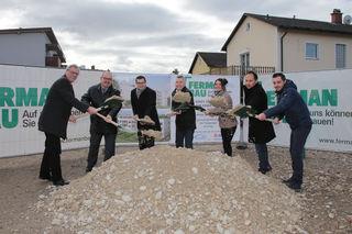 Bürgermeister Rudolf Scharinger (Bildmitte) gratulierte beim Spatenstich den verantwortlichen Bauherren.