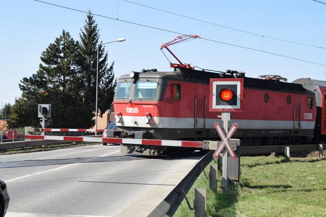 """Hornerstraße in Stockerau: Kommt ein Zug, heißt es momentan noch """"Bitte warten""""."""